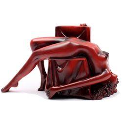연인과 의자 조각상