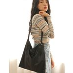 O-ring detailed velvet shoulder bag (black)