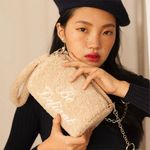 lettering pointed fur cylinder bag (beige)