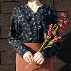 Flower v-neck blouse