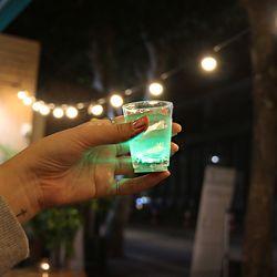 술 따르면 반짝이는 LED별빛잔