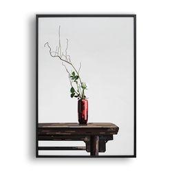 식탁 위의 빨간 꽃병