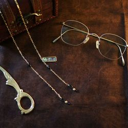 Retro onyx shell glasses chain