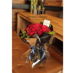 여자친구에게 안겨주는 붉은장미꽃다발 로미오