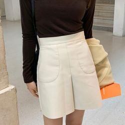 cutting leather mini skirts (s m)