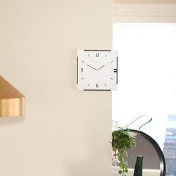 모서리 기둥 양면에서 시간확인이 가능한 화이트 코너벽시계