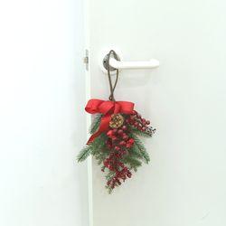 크리스마스 스와그 솔방울 행잉도어 리스