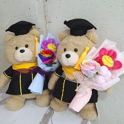 꽃을든 학사모 테드 인형꽃다발 졸업식꽃다발