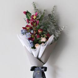헬레보루스 & 소프트 유칼리 디자인 꽃다발