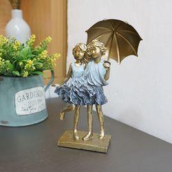 우산 소년 소녀 조각상