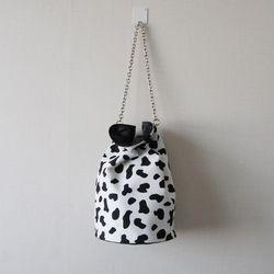 얼룩무늬 젖소 체인 복조리 숄더 크로스 백팩