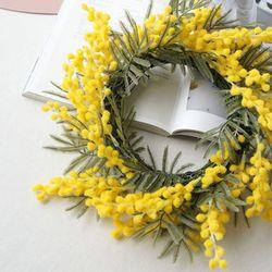 화려한 노란색으로 제작된 비비드 뽀송 리스